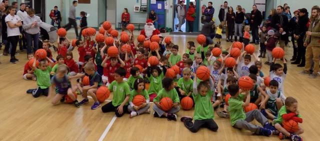 90 petits basketteurs au plateau de noel image article large